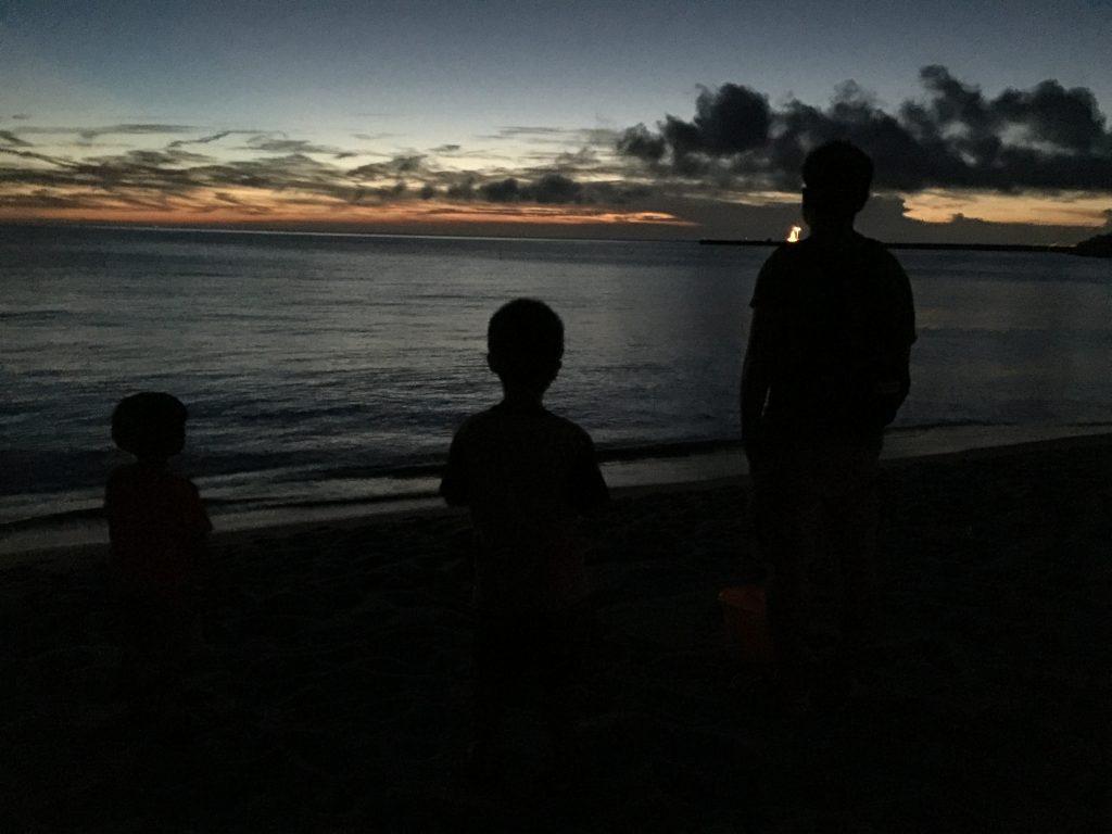 夕日に佇む男達