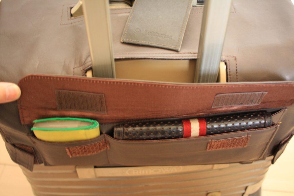 リモワのカバーのポケットに財布が入った状態