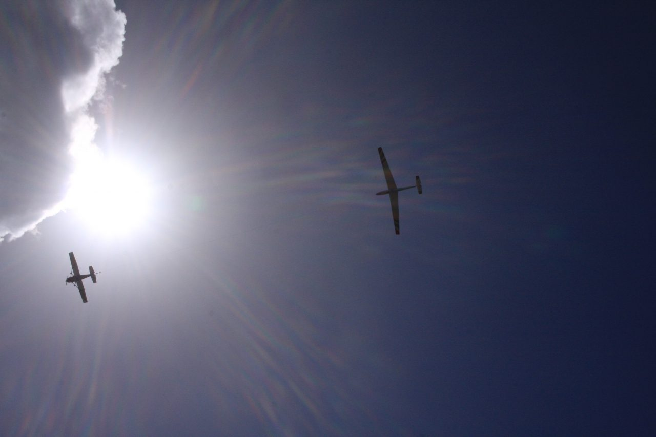ディリングハム飛行場の上空を飛ぶ飛行機達