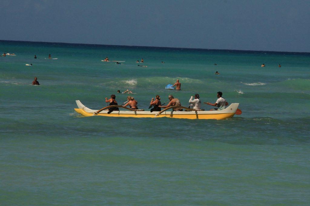 ワイキキビーチでボートを漕ぐ人達