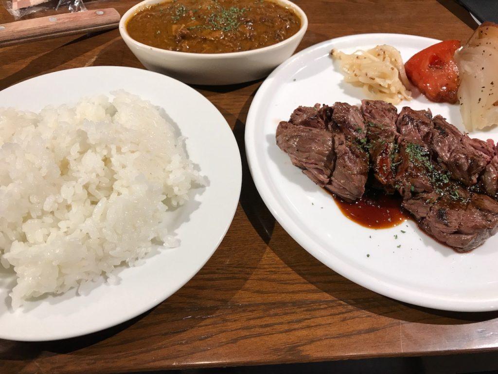 カルネ・バル・カテテ(CARNE BAR KATETE)の牛ハラミのステーキとミニカレー