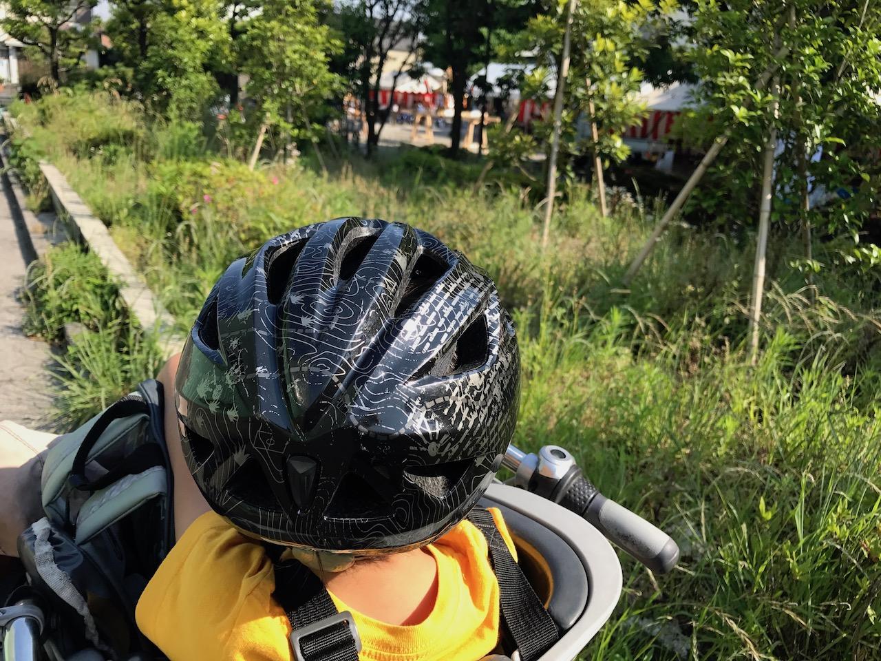 自転車の息子の後ろ姿