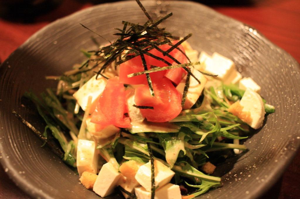 沖縄料理屋竹富島の自家製島豆腐とクリームチーズのサラダ
