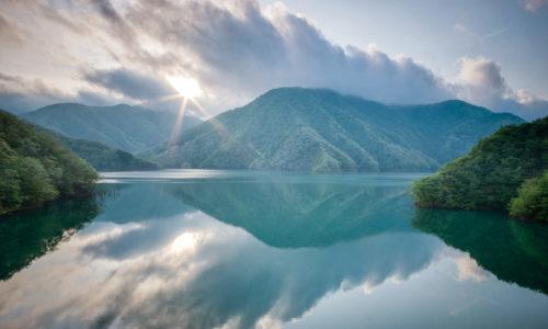 湖面と朝日