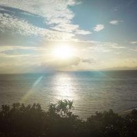 夕日が照らす海