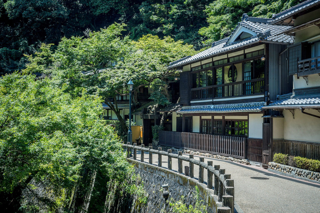 避暑地にそびえる日本旅館