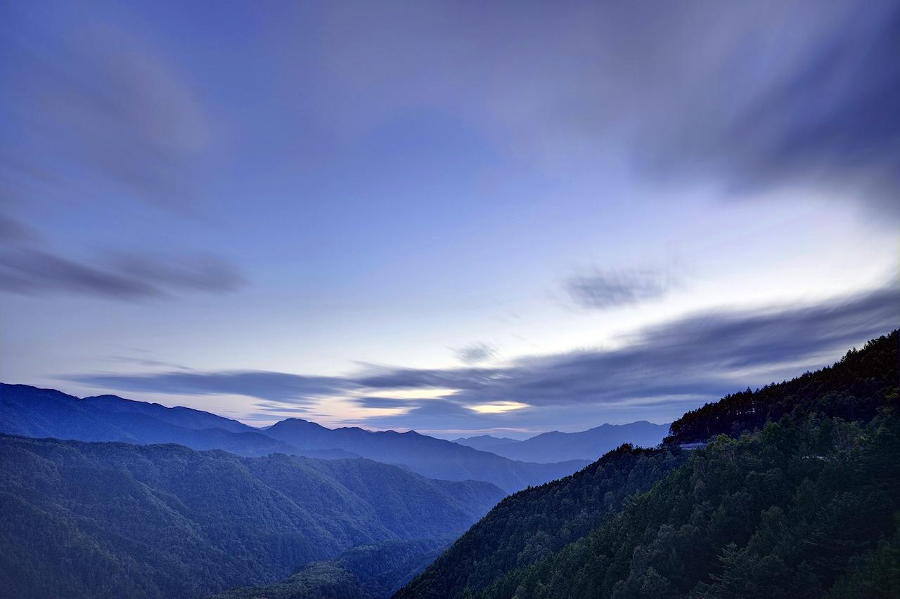 夕焼けをのぞかせる山々