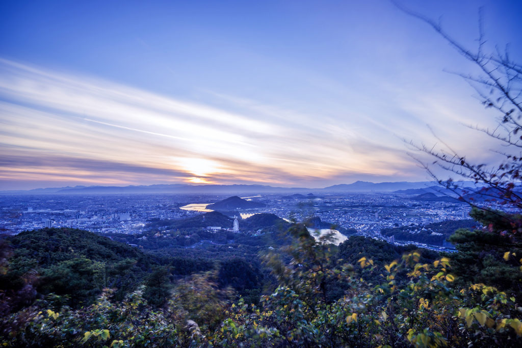 美しい夕焼けと濃尾平野を望む