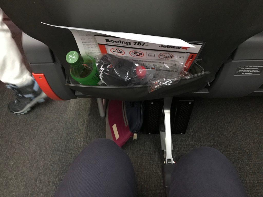前の座席との間隔はこぶし3つ分