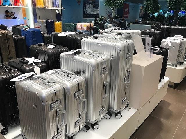 フランクフルト空港のルフトハンザ航空のショップ内のルフルトハンザとコラボしたリモワ